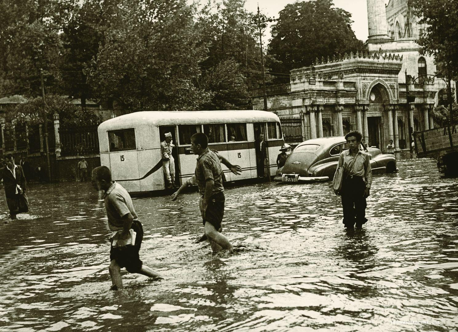 4- In front of Pertevniyal Valide Sultan Mosque in Aksaray and a public bus under water in 1950s (Istanbul Metropolitan Municipality, Kültür A.Ş.)