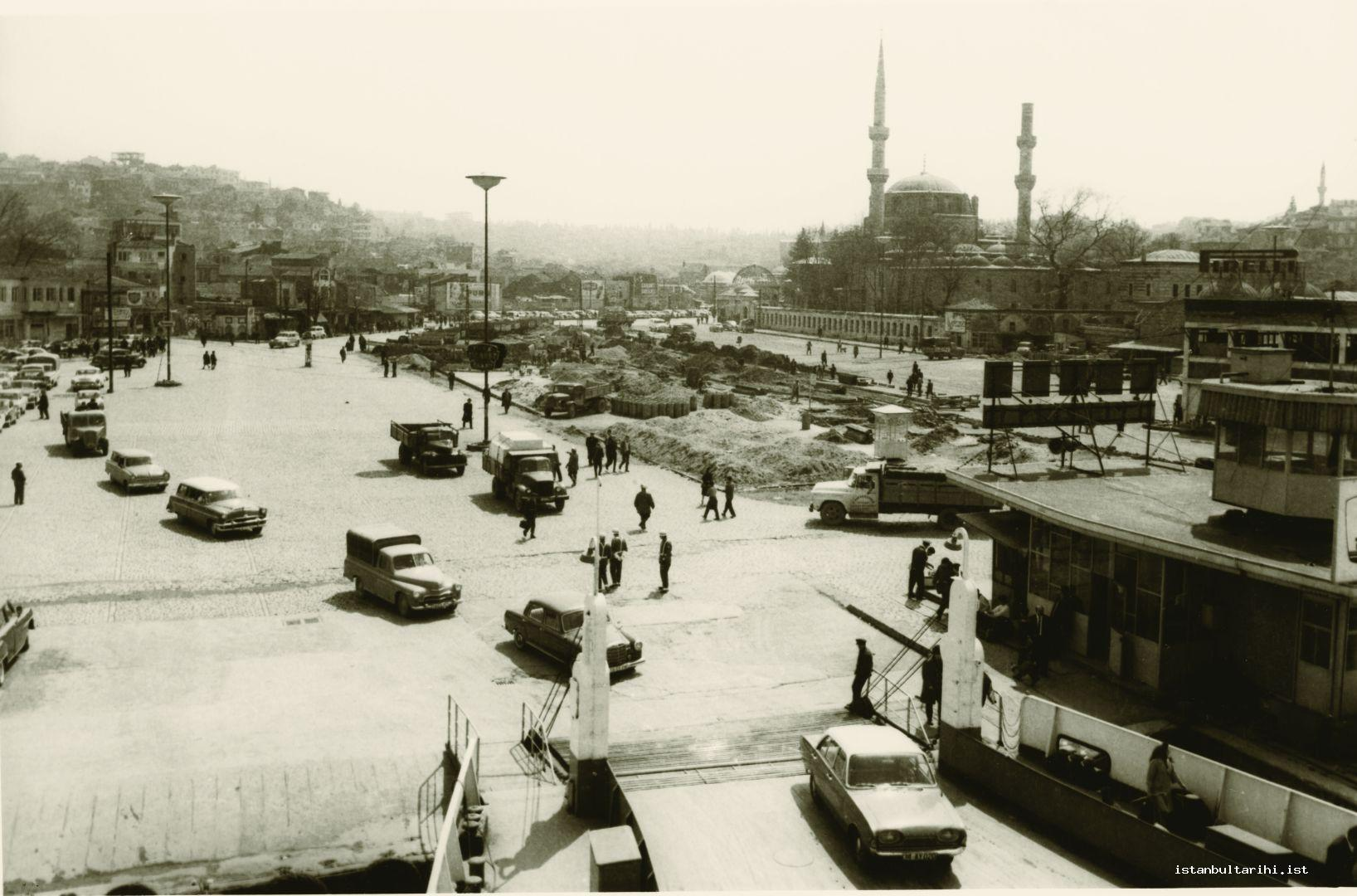 16- Üsküdar pier and Square in 1950s. Gülnuş Emetullah Sultan Mosque is on the right. The cone of its minaret was broken. The tomb of Gülnuş Emetullah Sultan is right