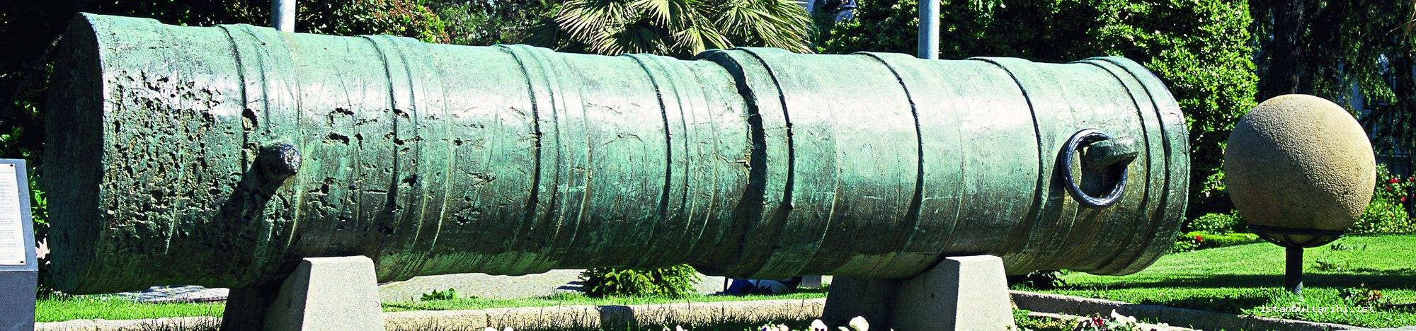 6- One of the cannons used in the siege of Istanbul and stone cannon balls (Military Museum) A