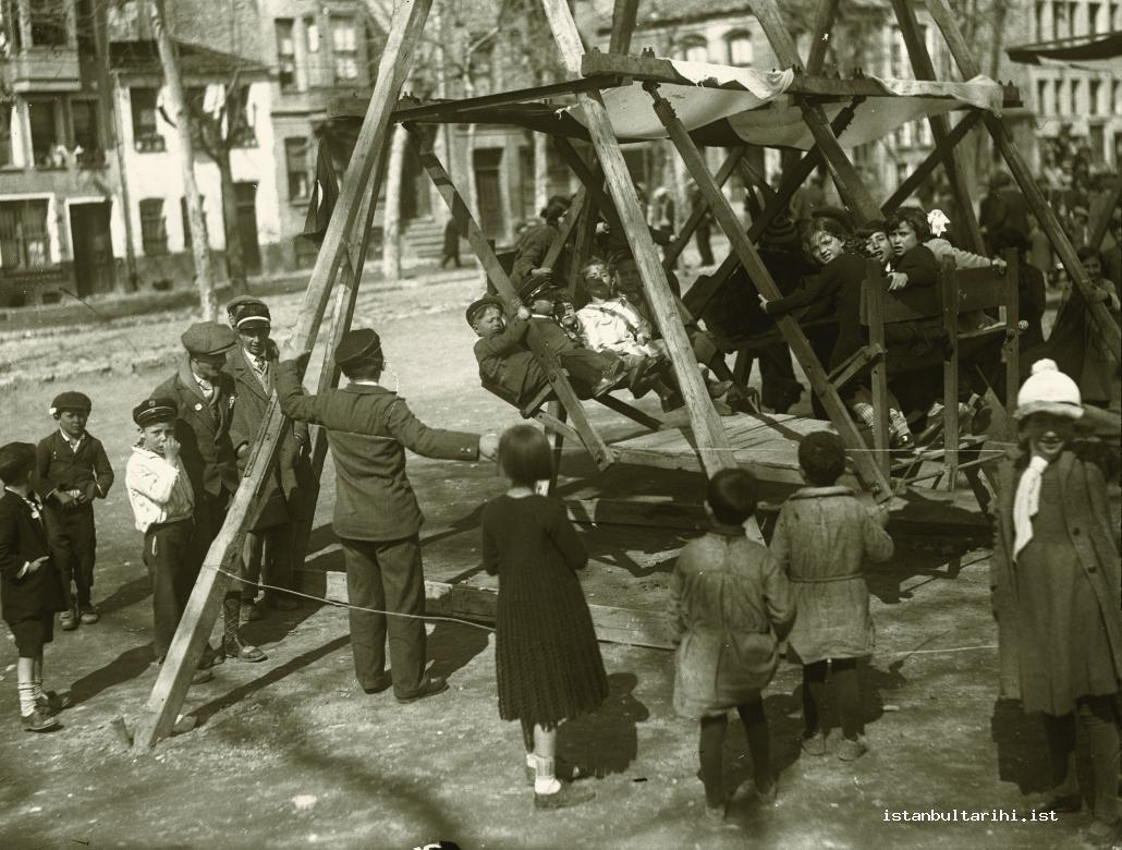5- A portable street swing in Istanbul and the children's entertainment (Istanbul Metropolitan Municipality, Kültür A.Ş.)
