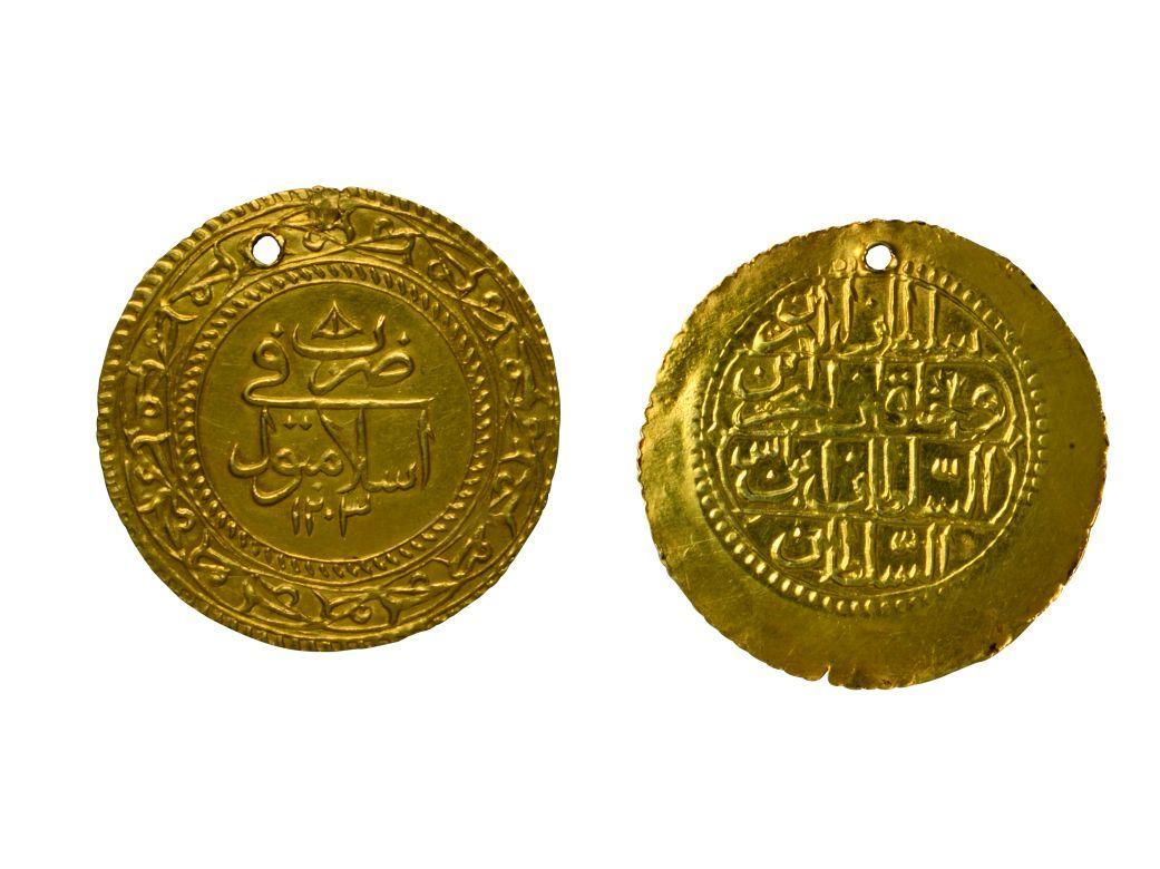 "11- Coins minted during the period of Sultan Selim II with the inscription ""minted in 'Islambol'"" (Istanbul Archeology Museum, Coins Section)"