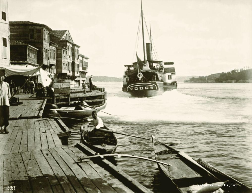 18- A passenger boat that moved from a pier at Bosporus