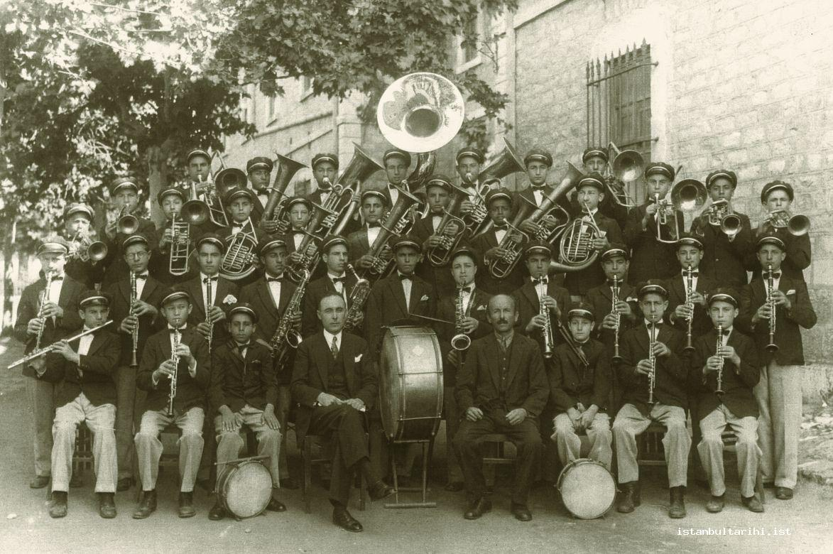 13- The band of Darülaceze (House of the poor), in the front row Hulusi Ökten, on his right Süreyya Bey, next to him Mükerrem Berk (From the archives of Gönül Paçacı)