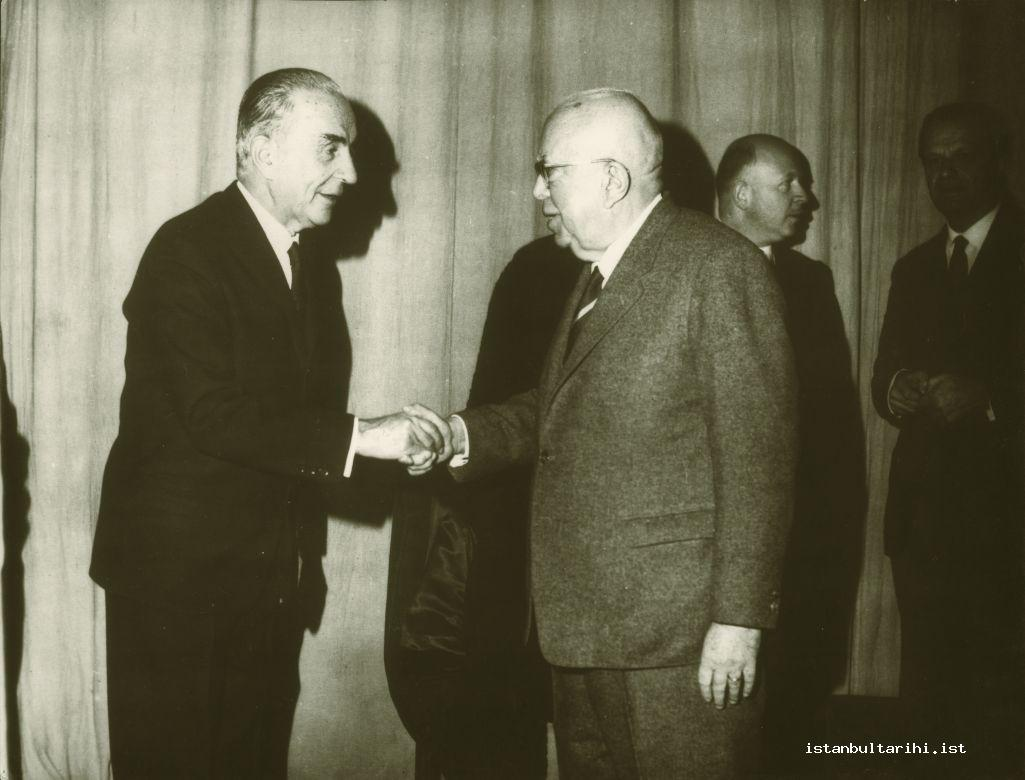 16- Münir Nurettin Selçuk accepting the congratulations of Mayor Haşim İşcan