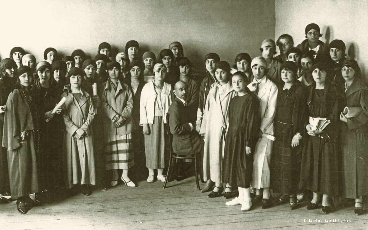 8- The chorus class in Darülelhan (A former name of the Istanbul Conservatory). The one sitting by the piano is harmony instructor Edgar Manas (1926) (From the archives of Gönül Paçacı)