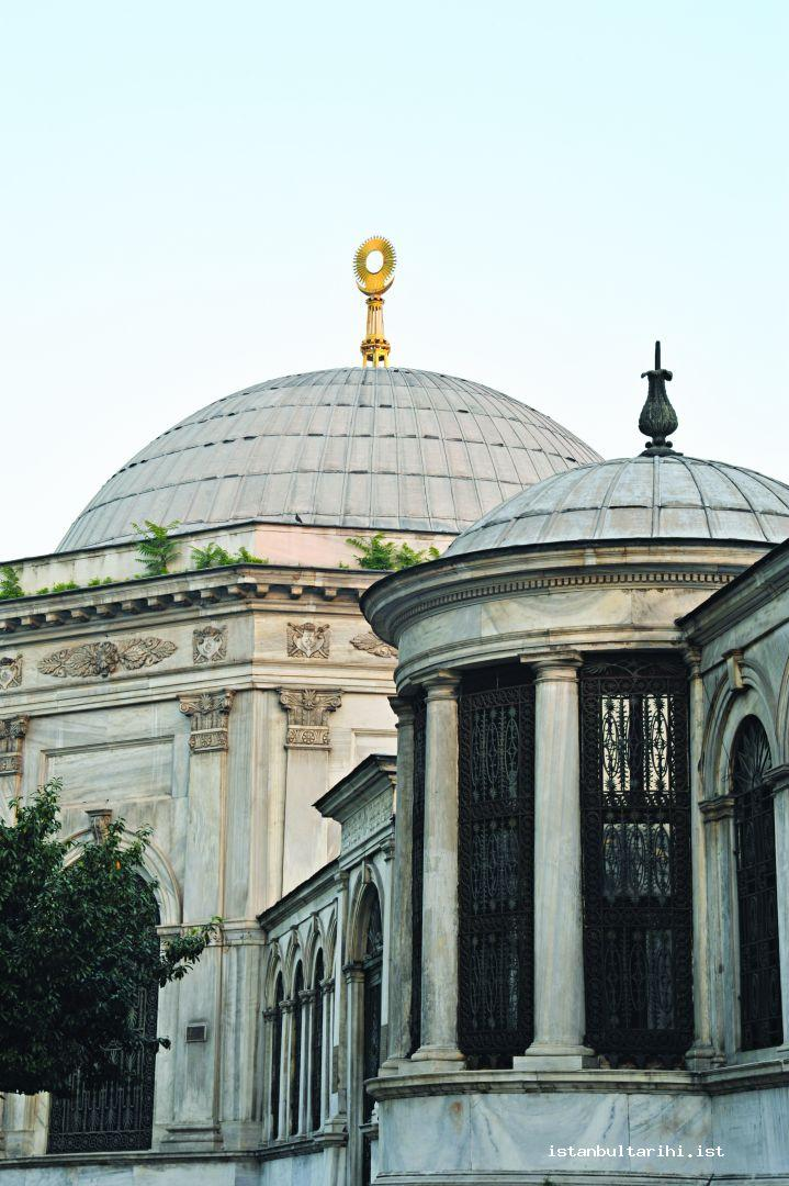 9- The public fountain (on the left) and the tomb of Sultan Mahmud II